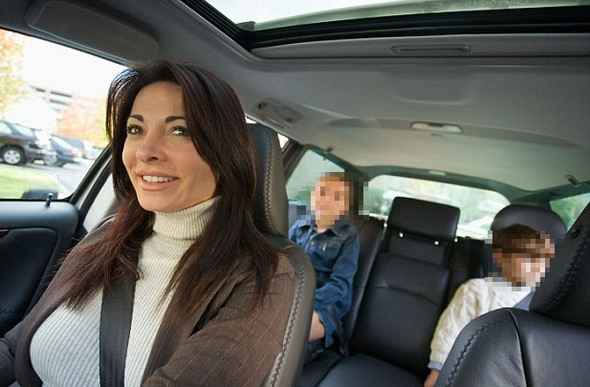 es-oficial-los menores-deberán-viajar-en-el-asiento-trasero-bajo-multa-de-200€