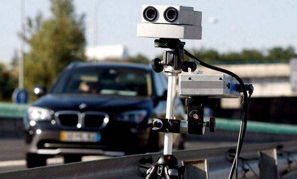 nuevos-radares-de-la-dgt-ignorar-los-stop-o-usar-telefonos-móviles-al-volante-está-en-el-punto-de-mira