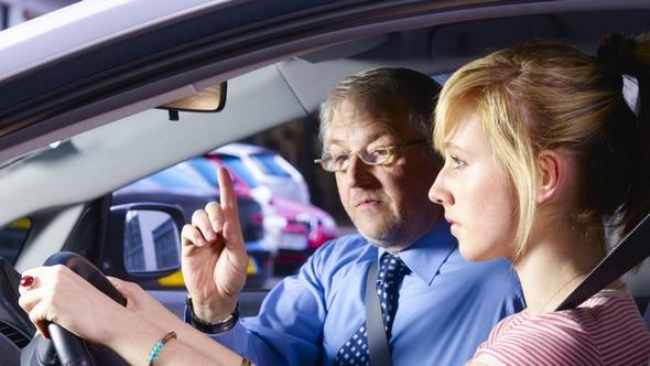 aprobar-examen-practico-de-conducir-profesor