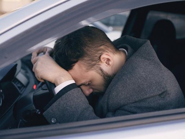 errores-de-conductores-noveles-hombre-sobre-volante