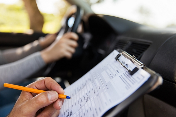 cuales-son-los-fallos-eliminatorios-en-el-examen-practico-de-conducir-vehiculo