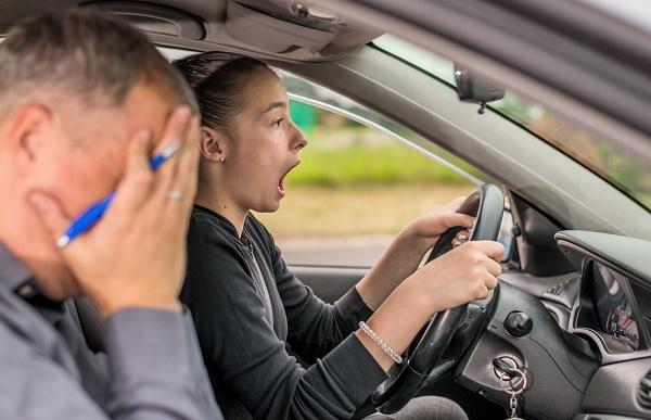 ejemplos-de-faltas-eliminatorias-en-el-examen-de-conducir