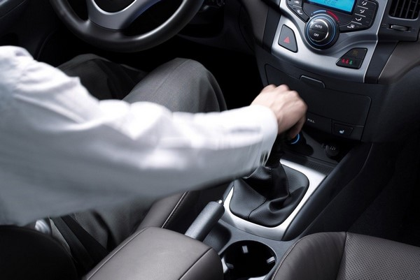 como conducir un coche de cambio manual