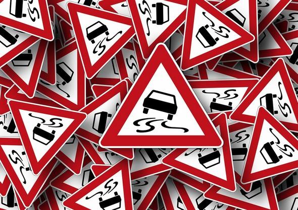 situaciones-de-conflicto-en-carretera-que-podríamos-evitar-fácilmente-señalización